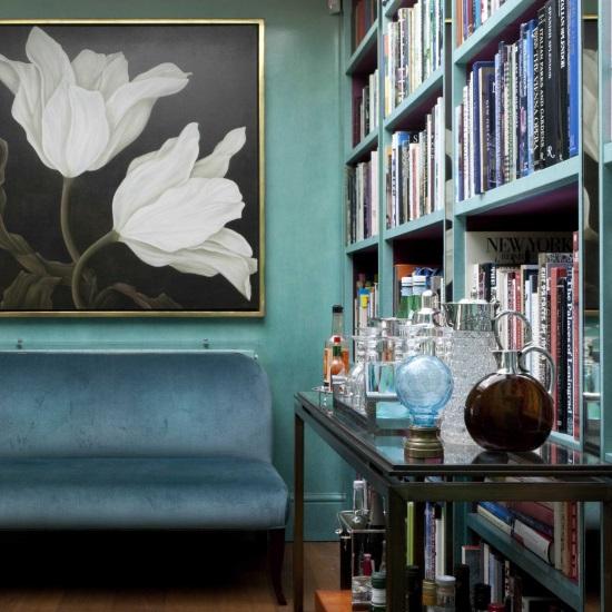 Мини-бар в дизайне голубой гостиной