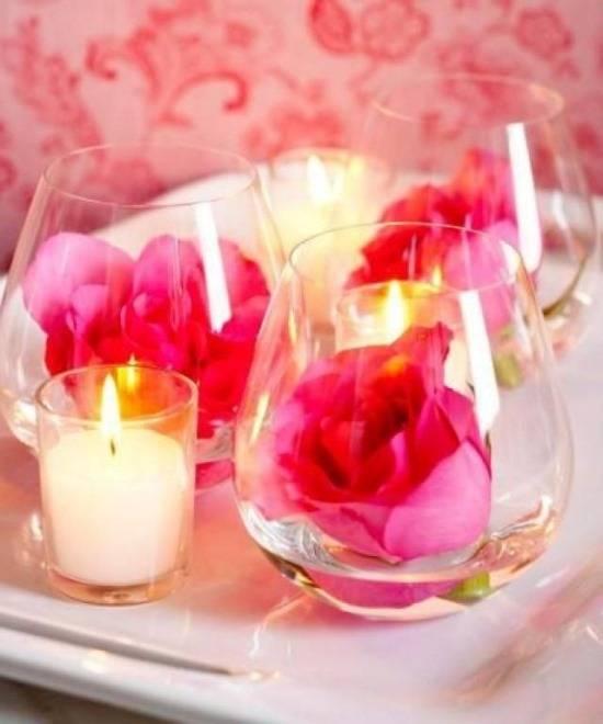 Цветы и свечи как украшение стола на День святого Валентина