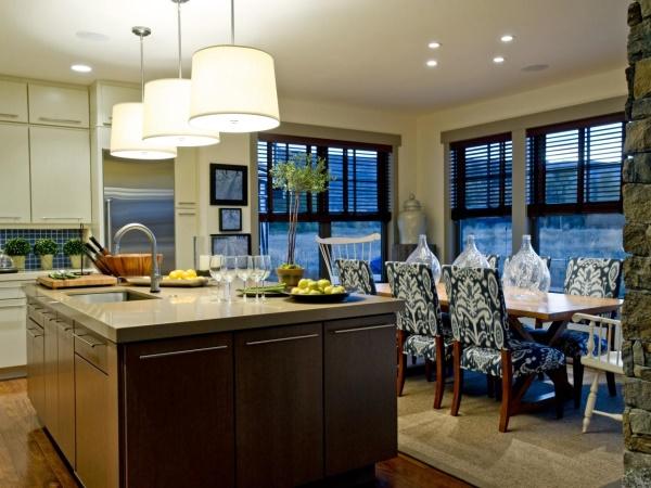 Три лампы над островом на кухне