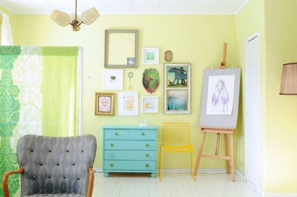 Украшение стены в гостиной желтого цвета