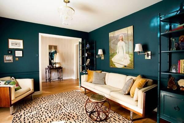 Темно-зеленый цвет стен в гостиной