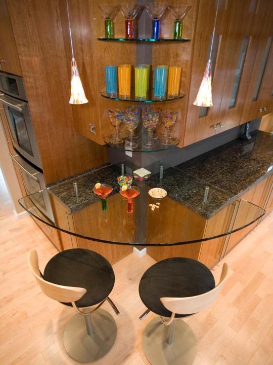 Округлая угловая барная стойка в маленькой кухне