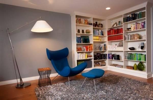 Открытый книжный шкаф, встроенный в стену