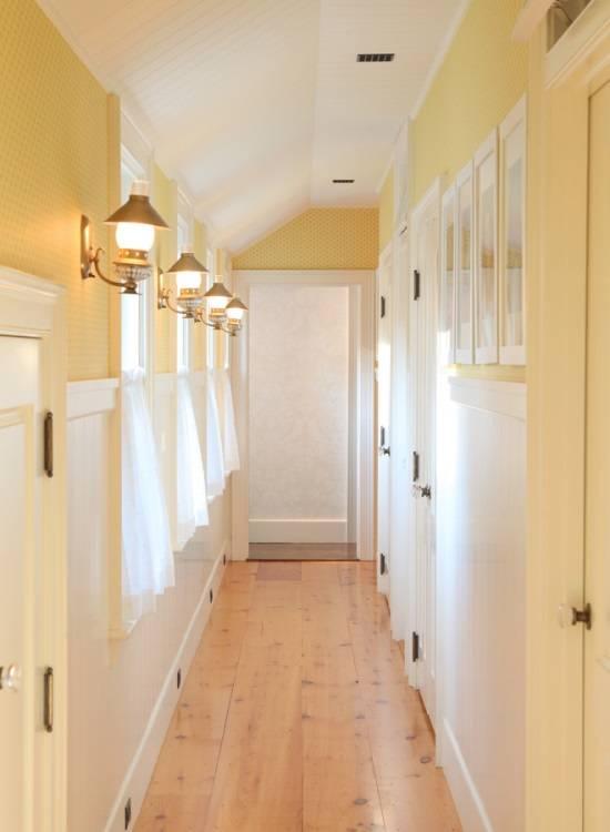 Украшение коридора с бра