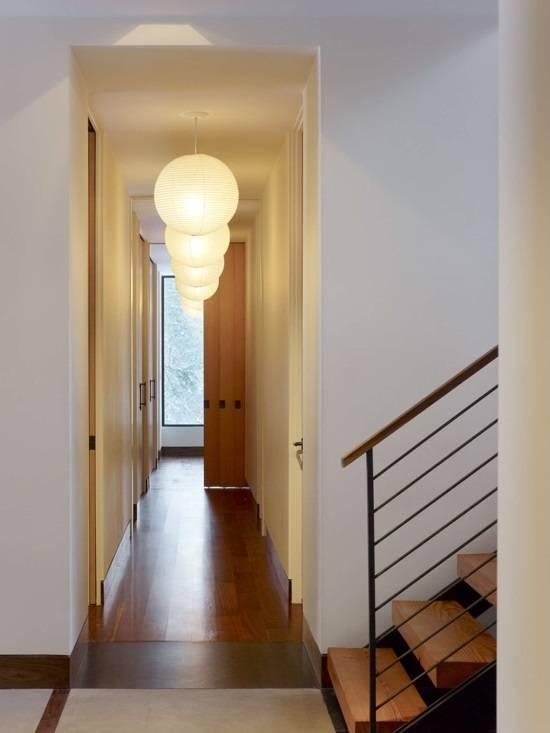 Подвесные светильники в дизайне коридора