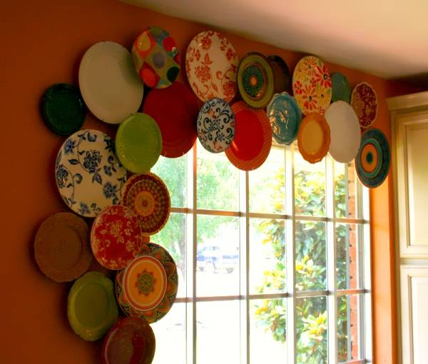 Украшение стены и окна тарелками