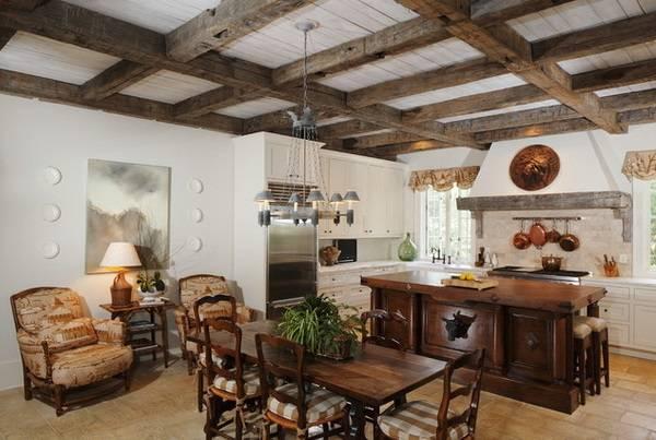 Богато обставленная кухня в деревенском стиле