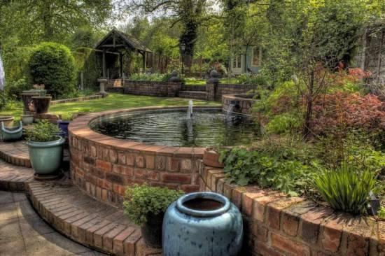 Вазы и фонтан в саду