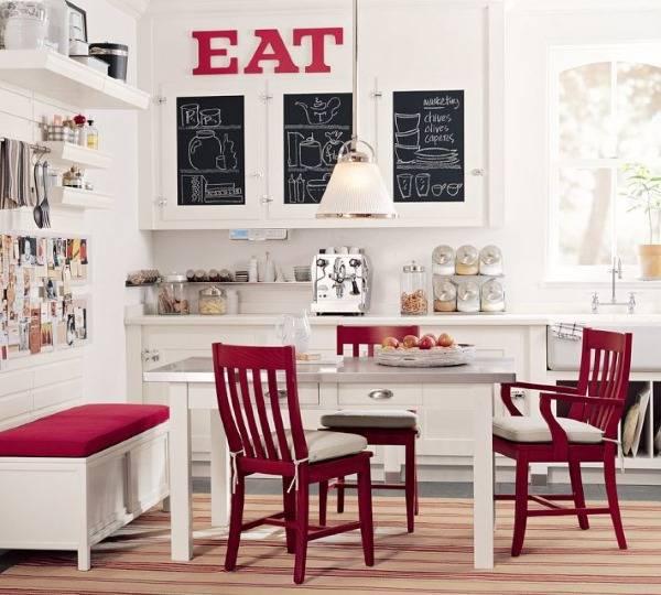 Украшение кухни с буквами на стене