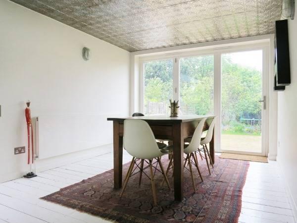 Украшение потолка стильной плиткой с узором