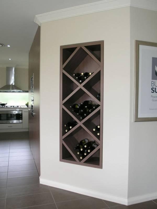 Bir niş içinde şarap şişeleri