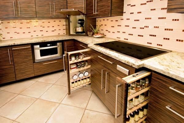 Выдвижные шкафчики в дизайне кухни