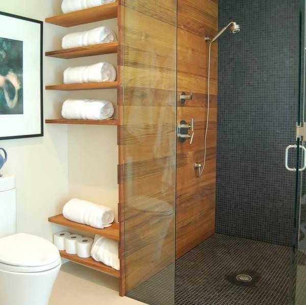Ванная комната с деревянными полками