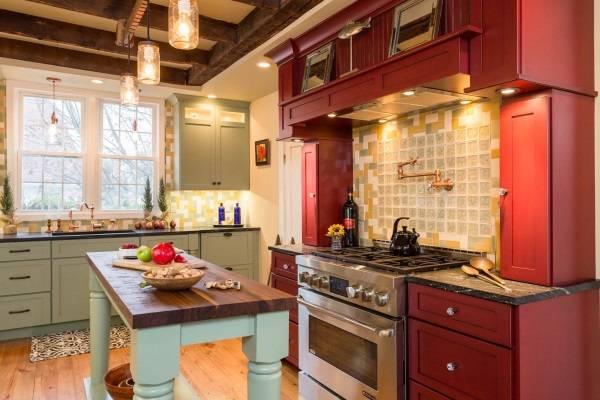 Разноцветная мебель на кухне в деревенском стиле