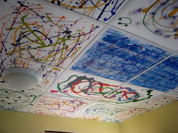 Яркая разрисованная плитка на потолке