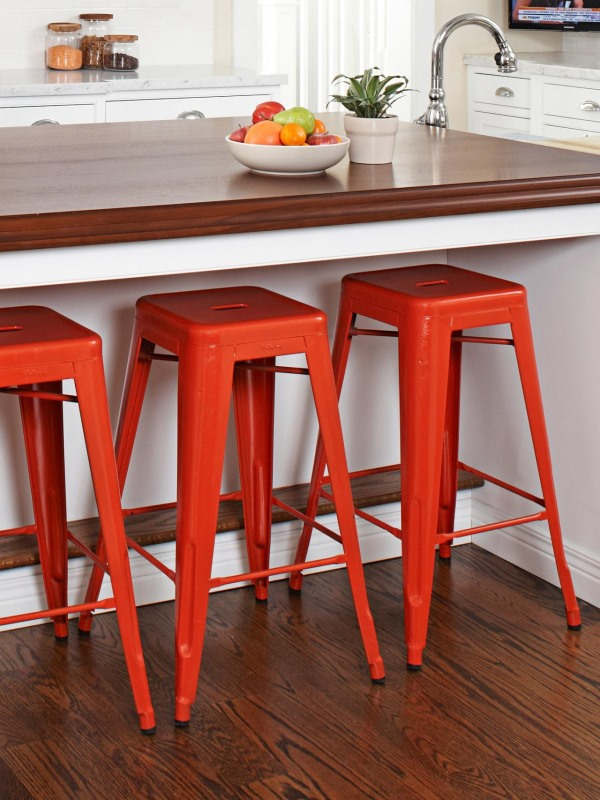 Яркие барные стулья в дизайне кухни