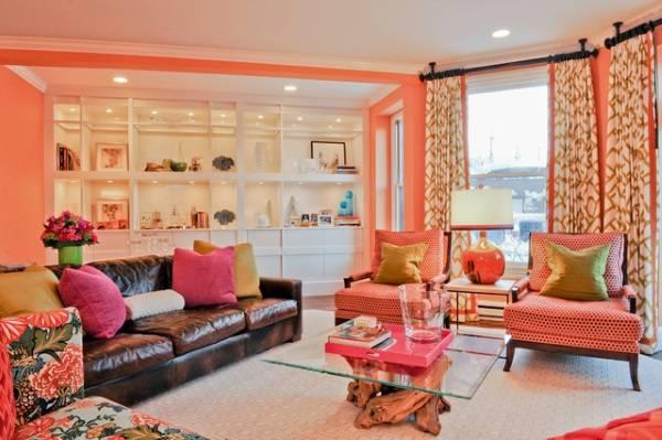 Яркий цвет стен в эклектичной гостиной
