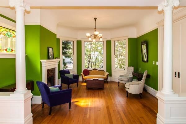 Зеленый цвет стен в большой гостиной