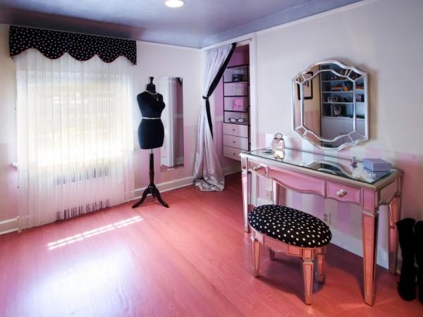 Зеркальный туалетный столик в женской спальне