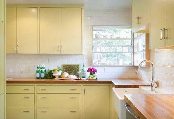 Кухня в деревенском стиле с угловым окном
