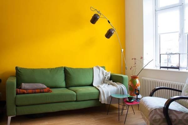 Желтая стена в гостиной