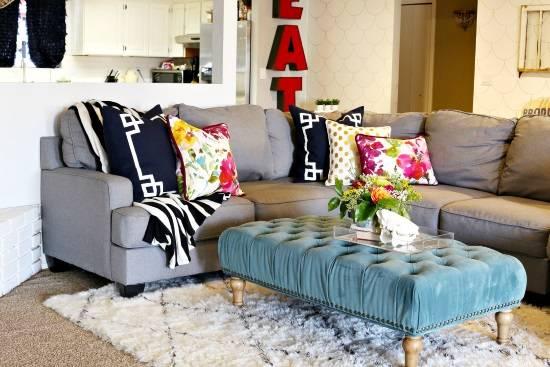 Диванные подушки в разном стиле