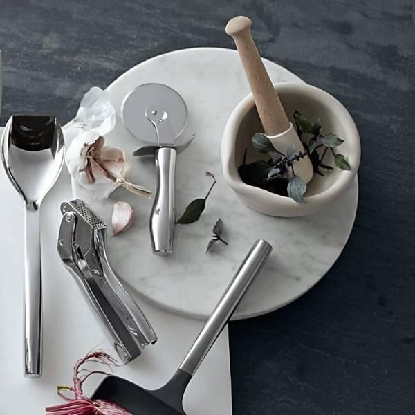 Белая ступка с пестиком на кухне