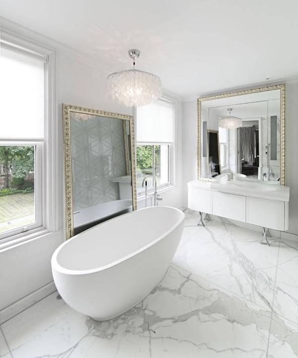 Белая ванная комната с золотым декором