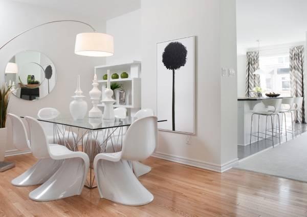 Белые стулья Пэнтон и стеклянный стол