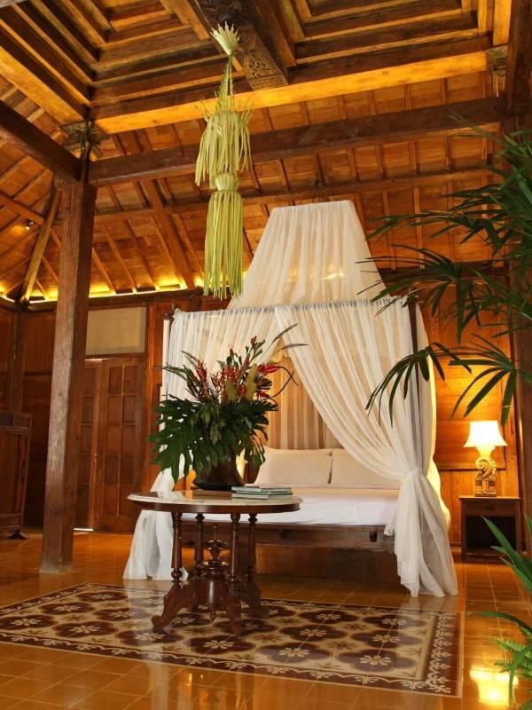 Спальня с балдахином в тропическом стиле