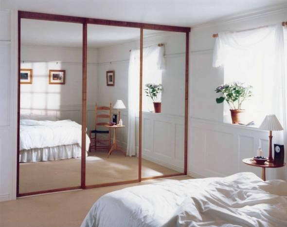 Зеркальные двери шкафа купе в интерьере