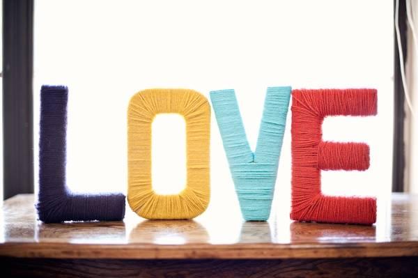 Разноцветные буквы для украшения интерьера