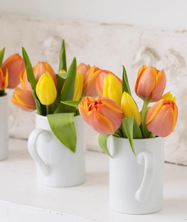 Тюльпаны в белых чашках