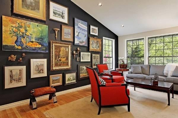 Черная стена с картинами в интерьере