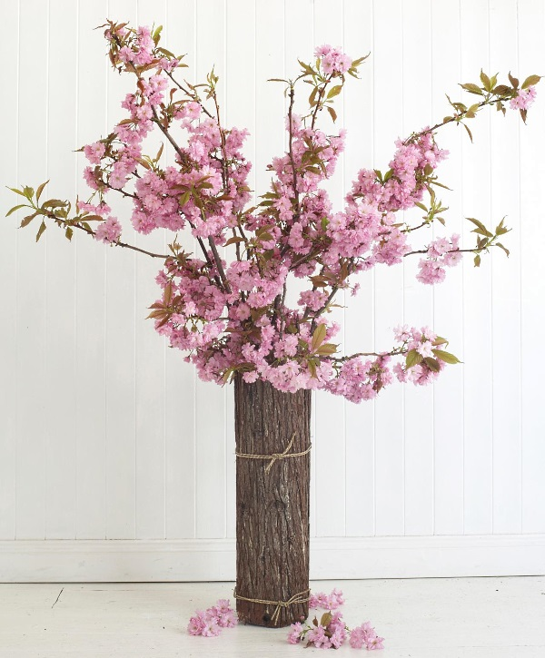 Оригинальная ваза с ветками вишни