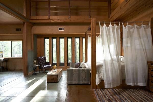 Деревянная кровать с балдахином