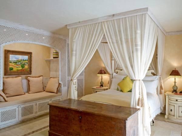 Дизайн спальни с белой мебелью и балдахином