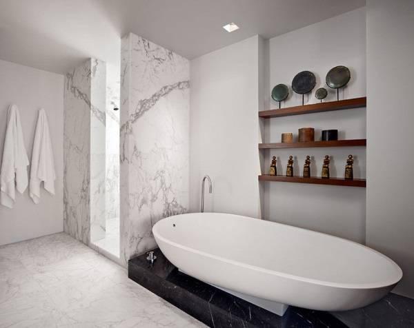 Два вида мрамора в ванной комнате