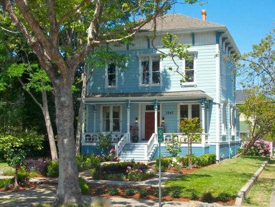 Окрашенный фасад дома в викторианском стиле (после)