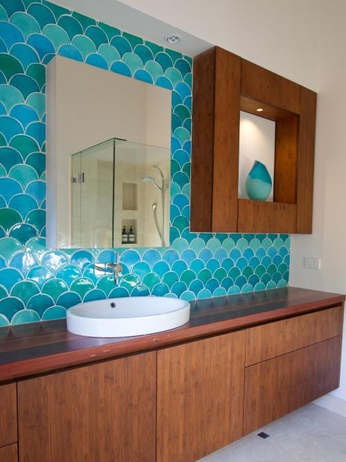 Красивая мебель и стены в ванной комнате