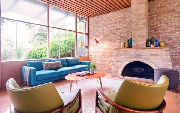 Голубой диван и зеленые кресла