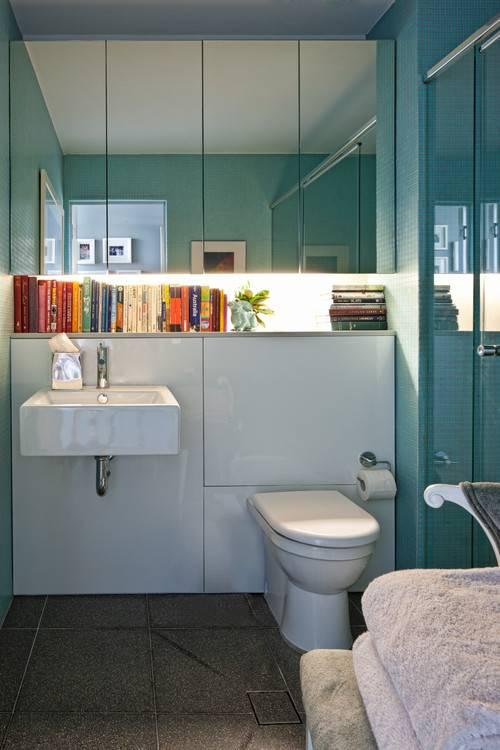 Книжная полка в ванной комнате