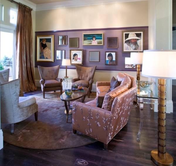 Зеркала и картины на стене в гостиной
