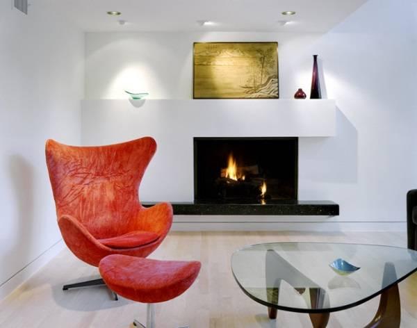 Яркое кресло Egg в гостиной