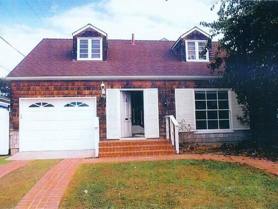 Красный дом с белыми дверями и ставнями (до)