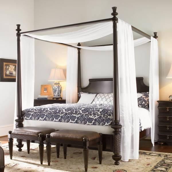 Тонкий белый балдахин поверх черной кровати