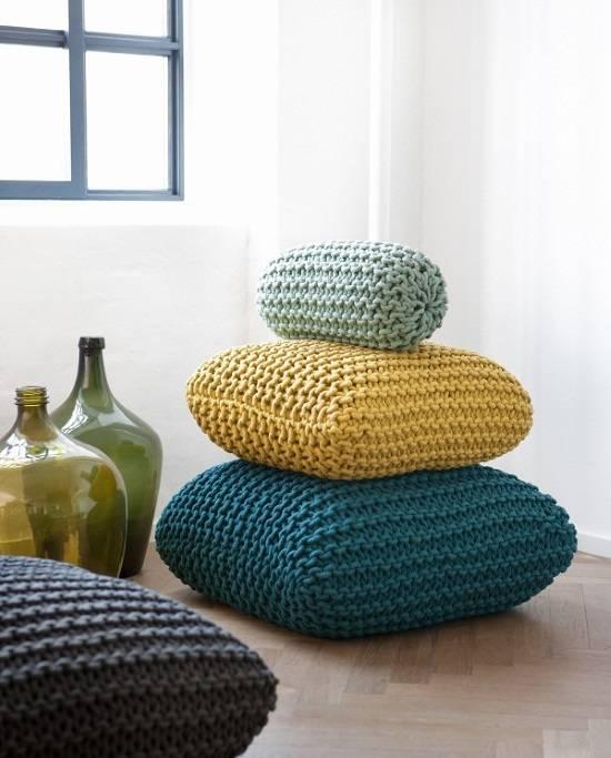 Подушки и пуфики крупной вязки