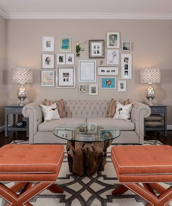 Маленькая галерея картин на стене в гостиной