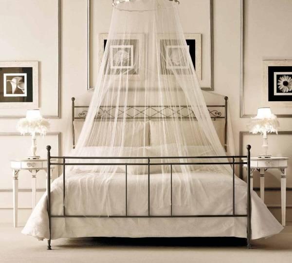 Маленькое кольцо с балдахином над кроватью