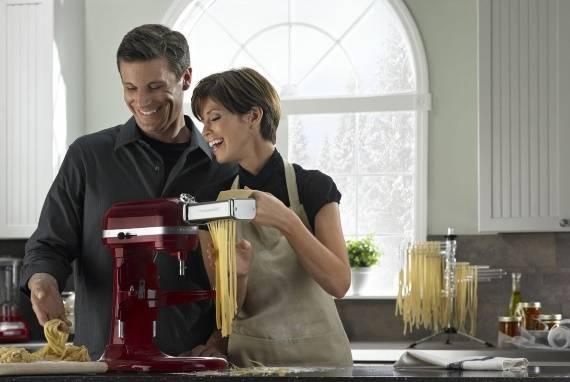 Кухонный миксер цвета марсала